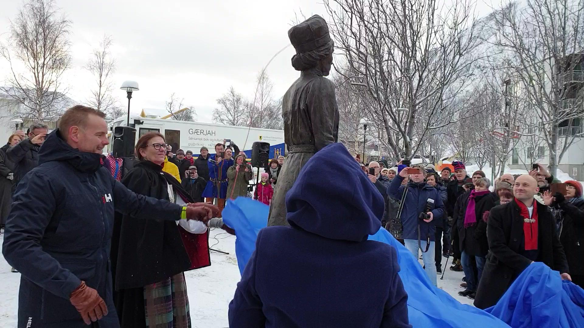 Avdukning av Elsa Laula Renberg-statuen i Mosjøen 6. februar 2019