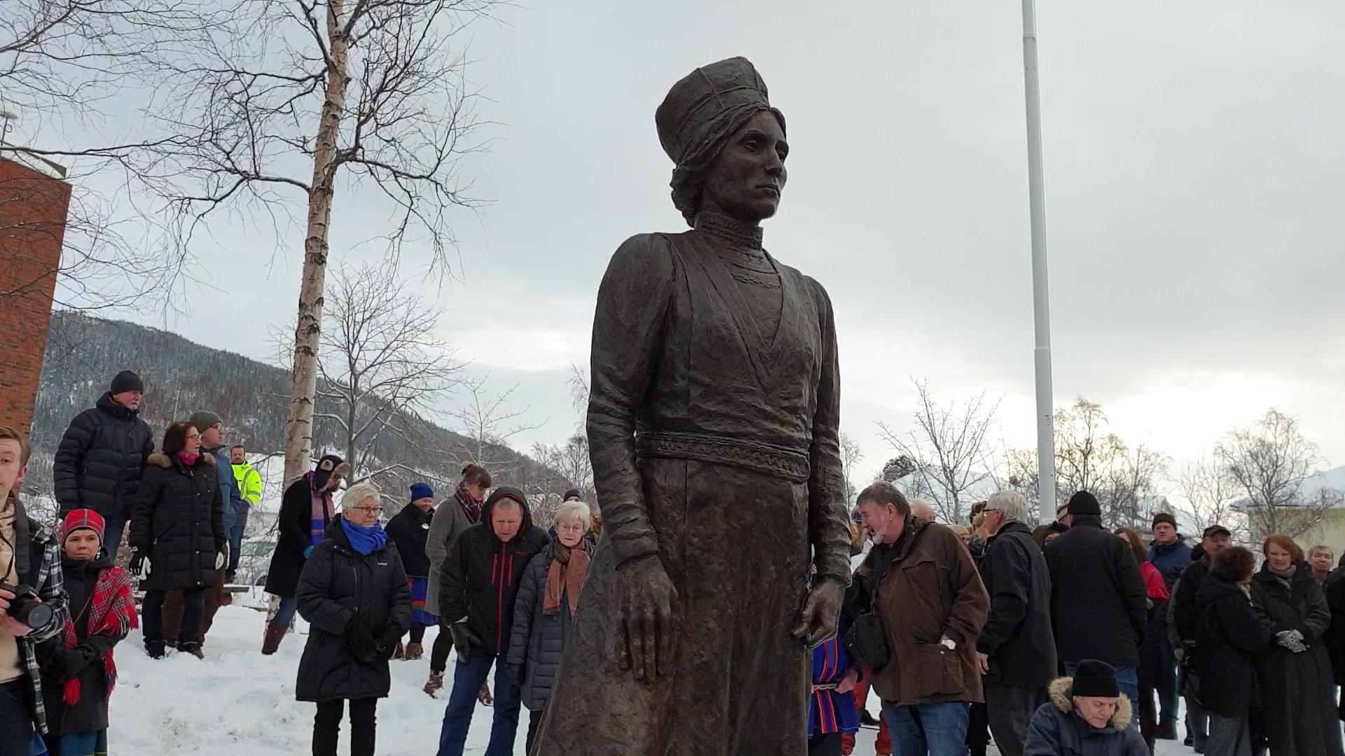 Statuen med inskripsjon