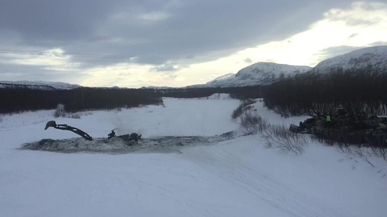 Se Forsvaret grave seg gjennom isen på Lakselva