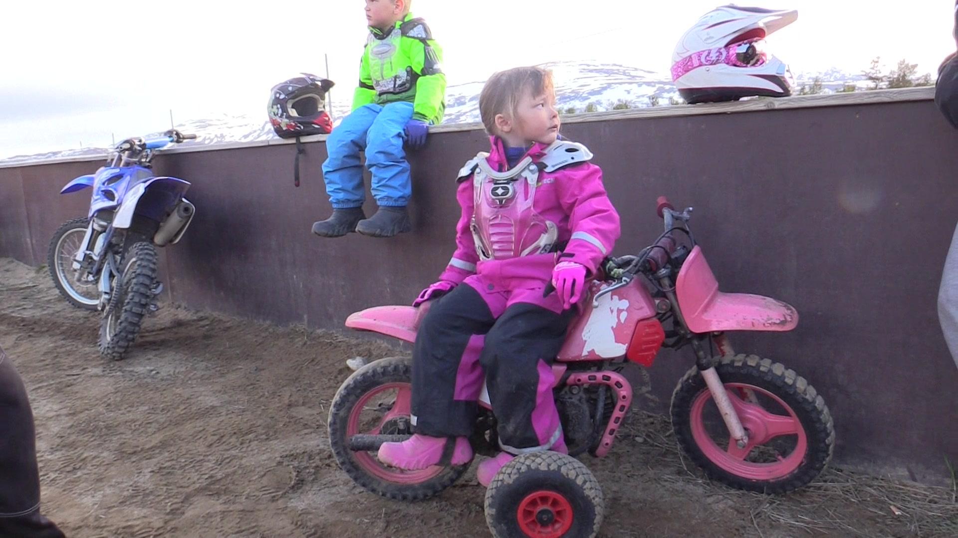 Gabriella (5) elsker motorcross